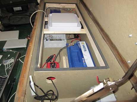 Interior de la barca con el montaje del lector y antena RFID UHF