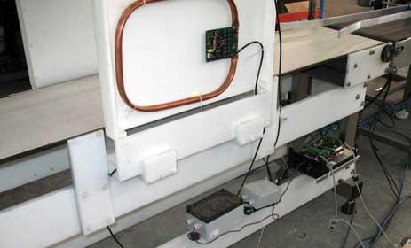 Lector, el divisor de potencia y el multiplexor, conectados a las antenas del túnel RFID para tóners