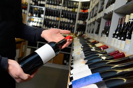 Estantería de botellas de vino con tag NFC